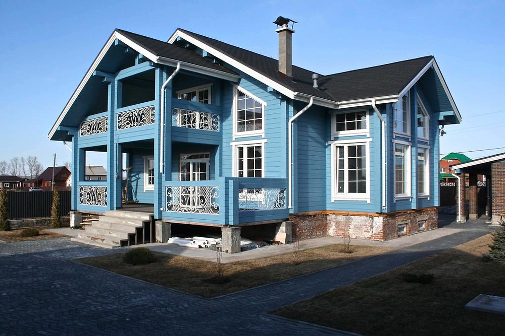 дом покрашенный резиновой краской в голубой цвет