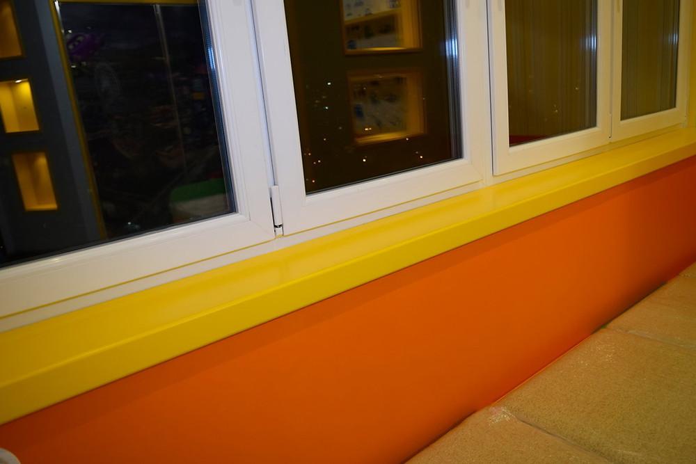 подоконник покрашен резиновой краской супер декор в жёлтый цвет