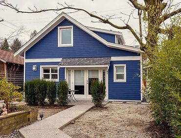 дом покрашен резиновой краской Супер декор Руббер цветом №7 Балтика