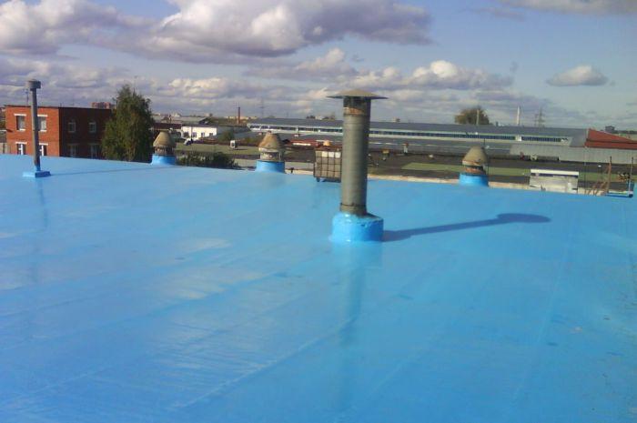 Гидроизоляция резиновой краской  крыши синий цвет