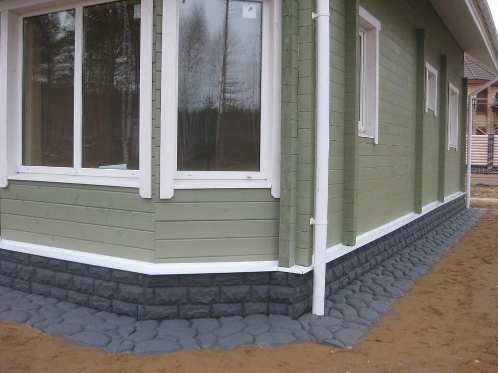 фундамент дома покрашен резиновой краской супер декор в серый цвет