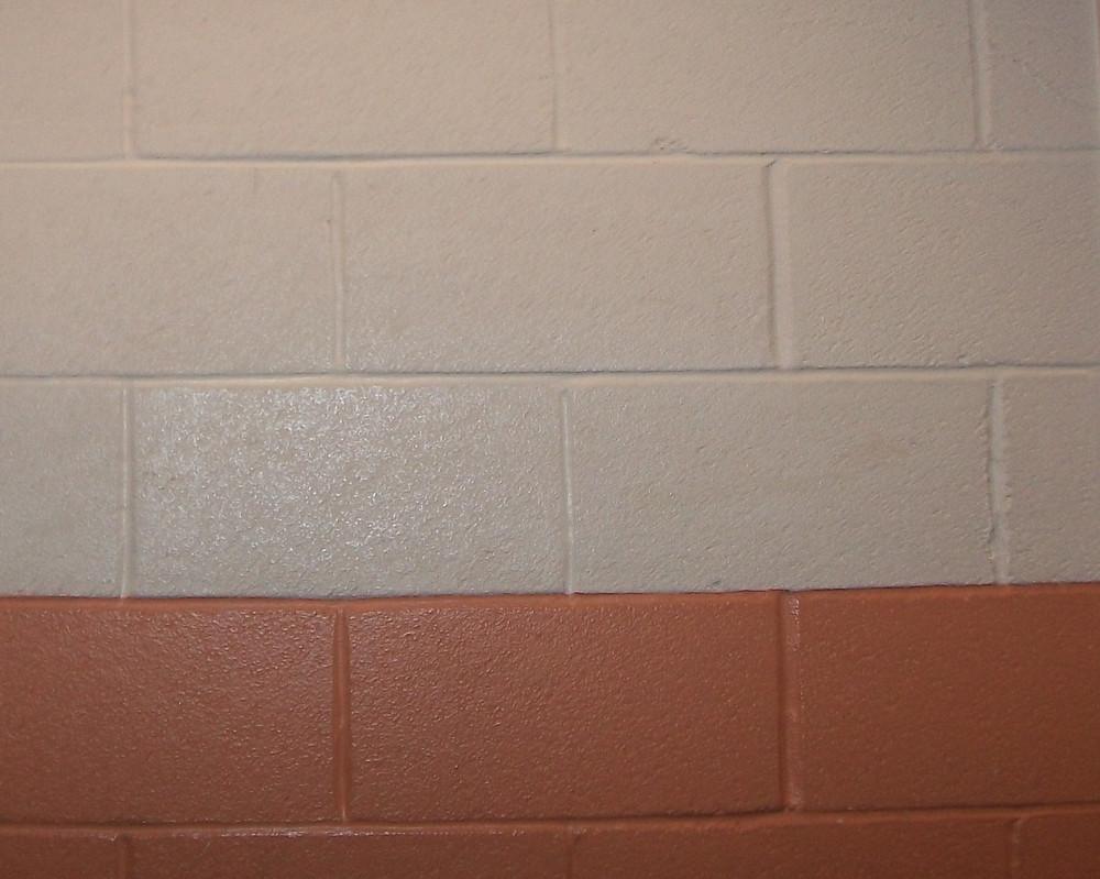покрашенная стена из пеноблоков резиновой краской супер декор двумя цветами