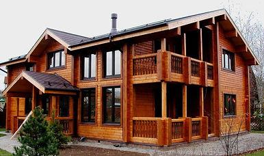 дом обработанный лаком по дереву