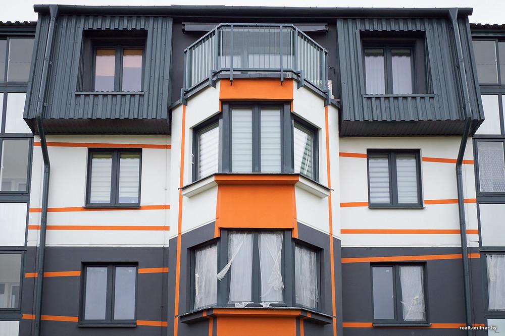 покрашенный фасад в серый и белый цвет