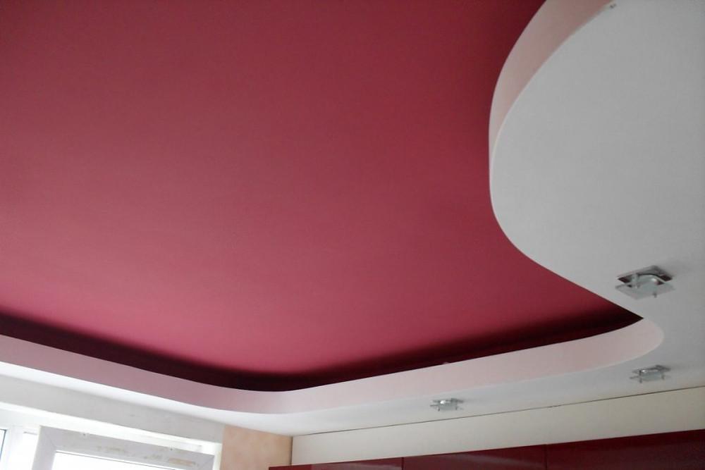 покрашенный потолок в вишнёвый цвет