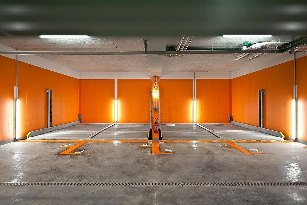 покрашенный гараж резиновой краской в оранжевый цвет