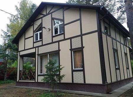 дом покрашен резиновой краской Super Decor цветом №19 Слоновая кость, а наличники покрашены цветом №6 Арабика