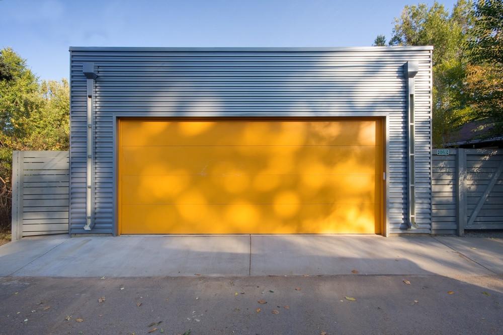 покрашенный гараж резиновой краской Super Decor снаружи