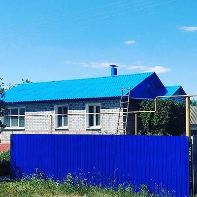 шиферная крыша покрашенная резиновой краской в небесный цвет