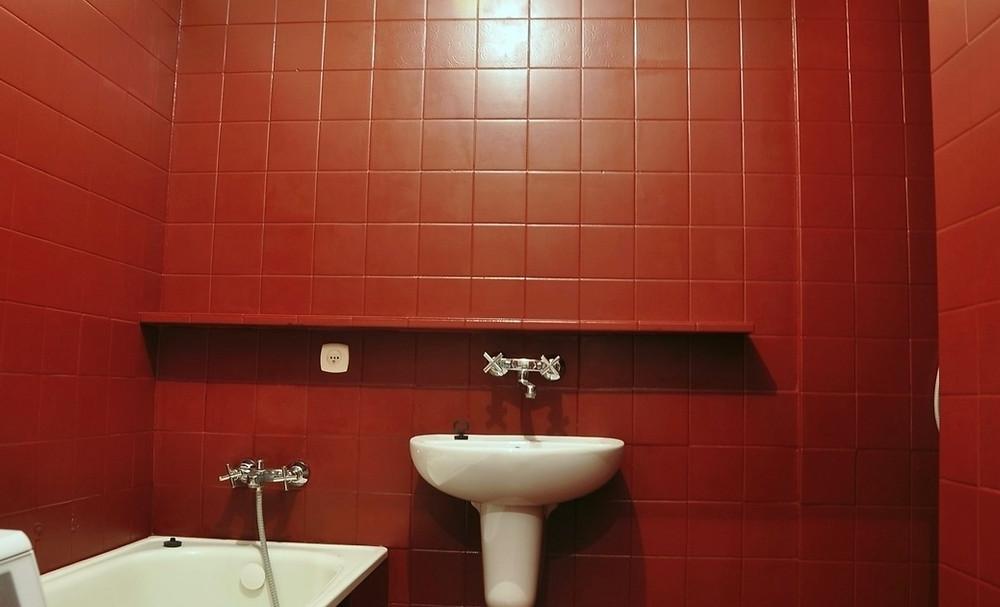 плитка в ванной комнате покрашена резиновой краской Super Decor Rubber