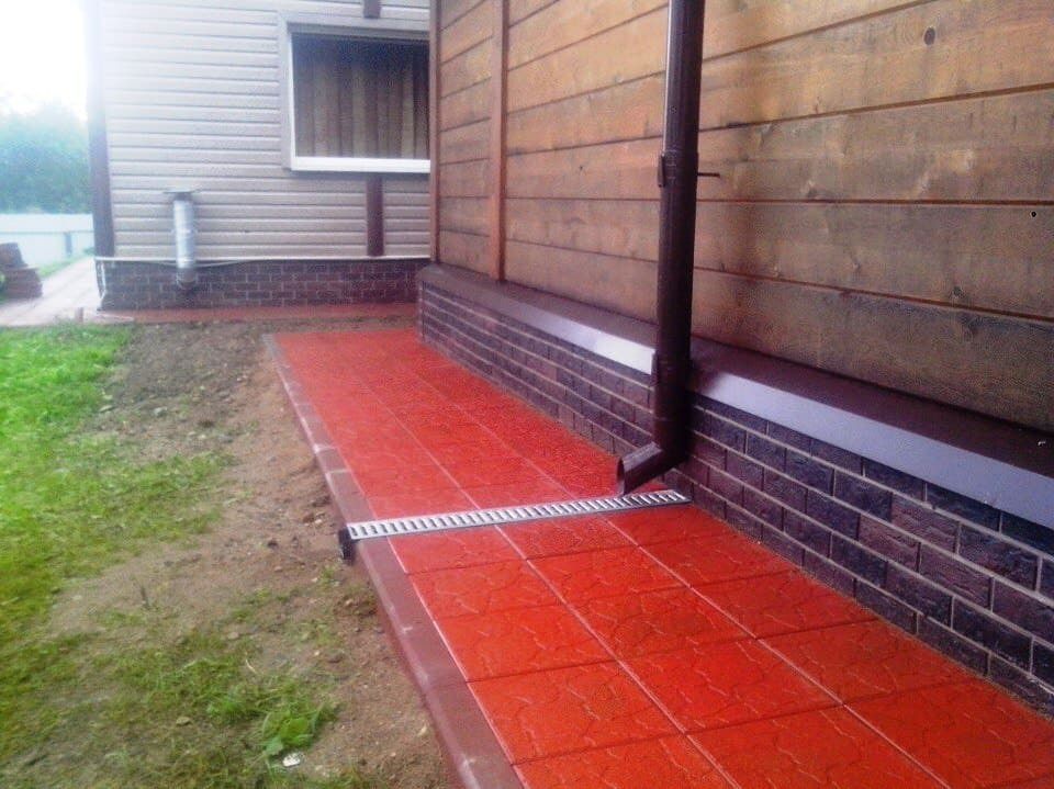 покрашенная отмостка резиновой краской супер декор раббер в красный цвет