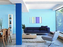 выкрас интерьерной краски голубым цветом н стене