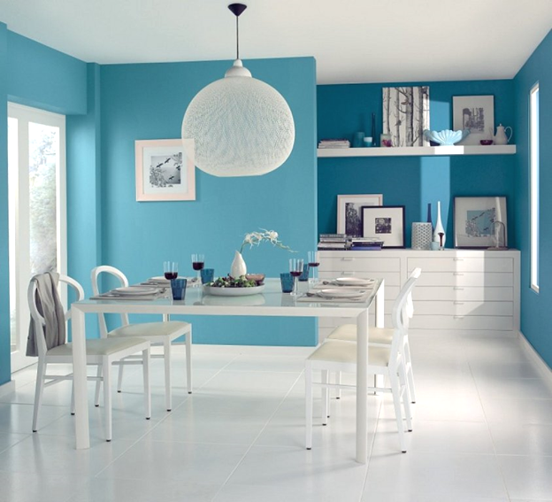 покрашенная стена резиной краской в голубой цвет