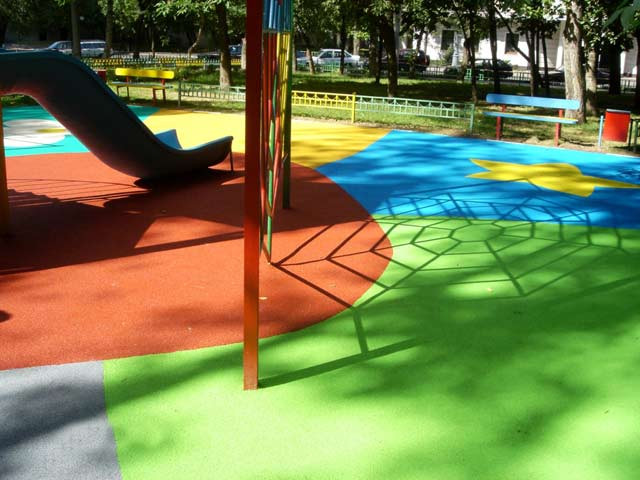 покрашенная детская площадка резиновой краской разных цветов.