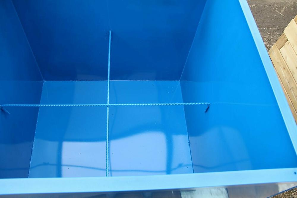 ёмкость для воды покрашена резиновой краской  Супер Декор в голубой цвет