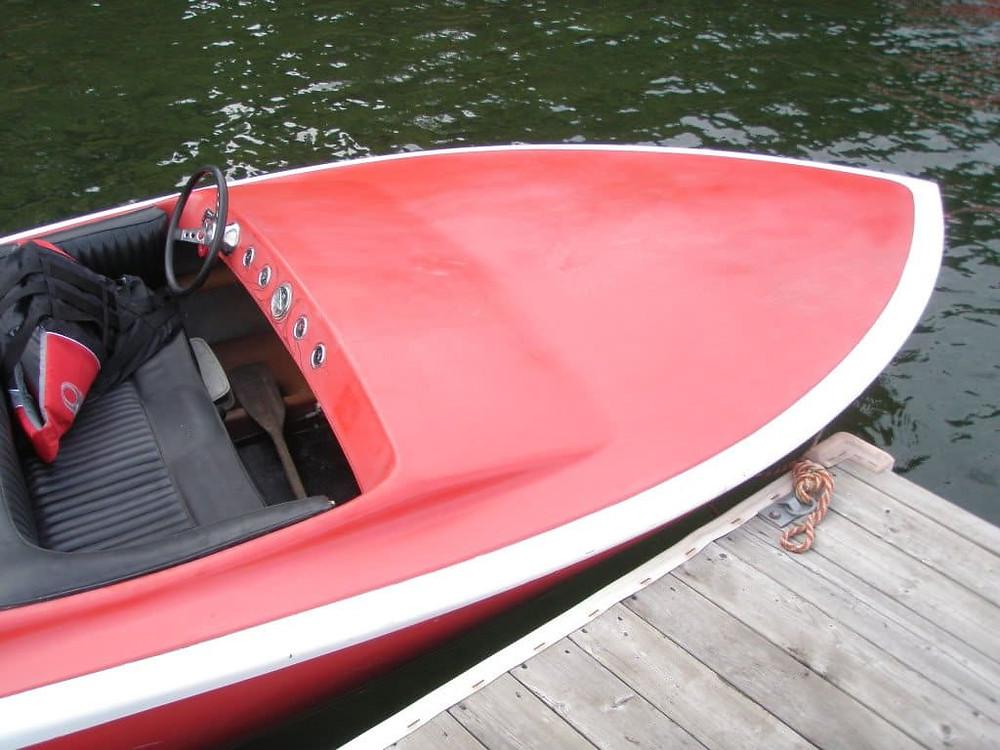 лодка покрашенная резиновой краской в красный цвет