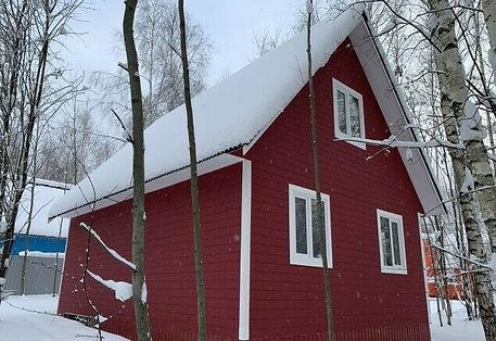 дом покрашенный цветом гранат