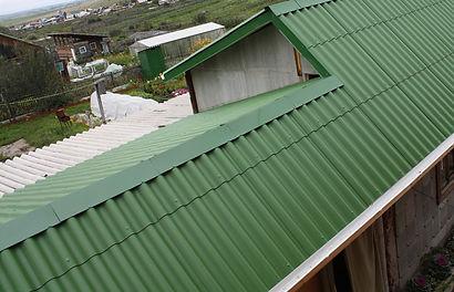 крыша покрашена резиновой краской Super Decor цветом №1 Ондулин зелёный