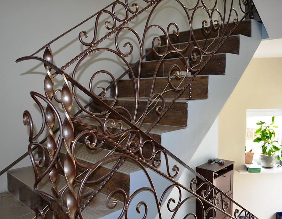 лестница из кованого изделия покрашены резиновой краской супер декор цветом арабика