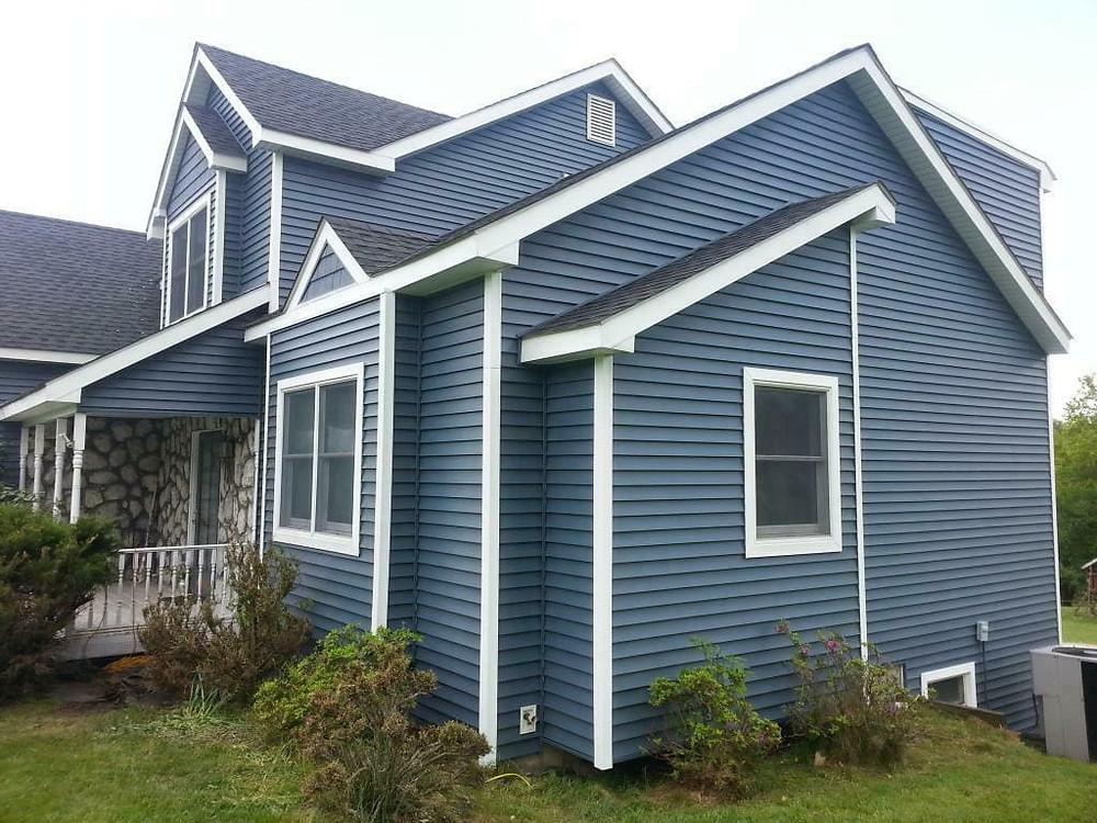 дом из сайдинга покрашенный резиновой краской супер декор раббер в серый цвет
