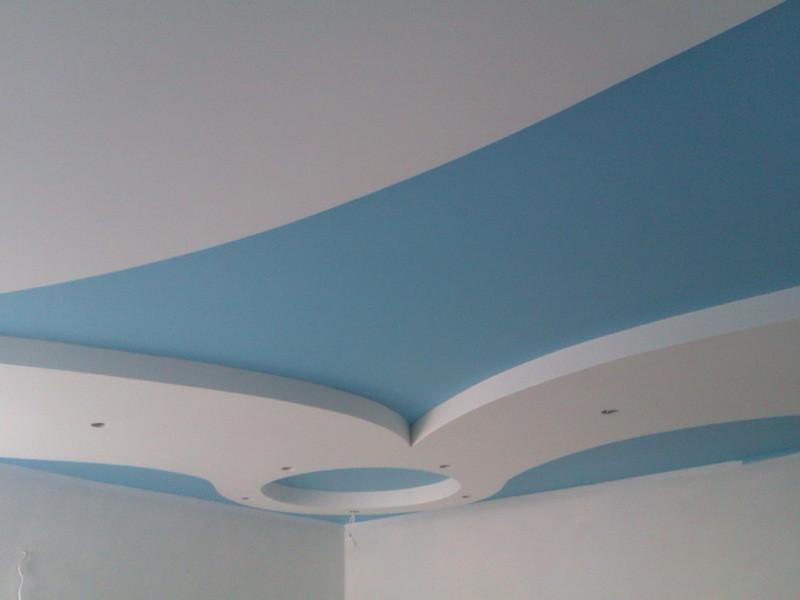 покрашенные гипсовые потолки резиновой краской супер декор в белый и синий цвет
