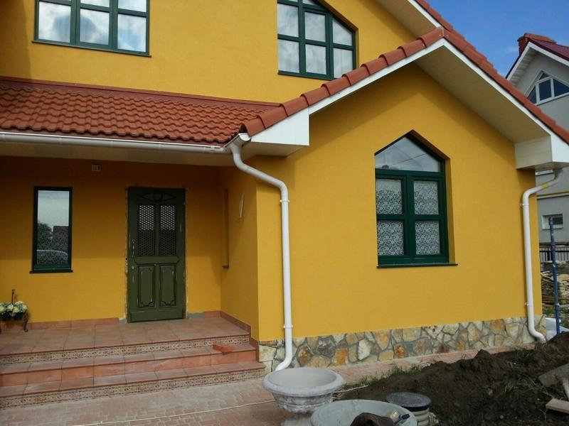 покрашенный дом из пеноблоков резиновой краской супер декор в цвет топленного молока