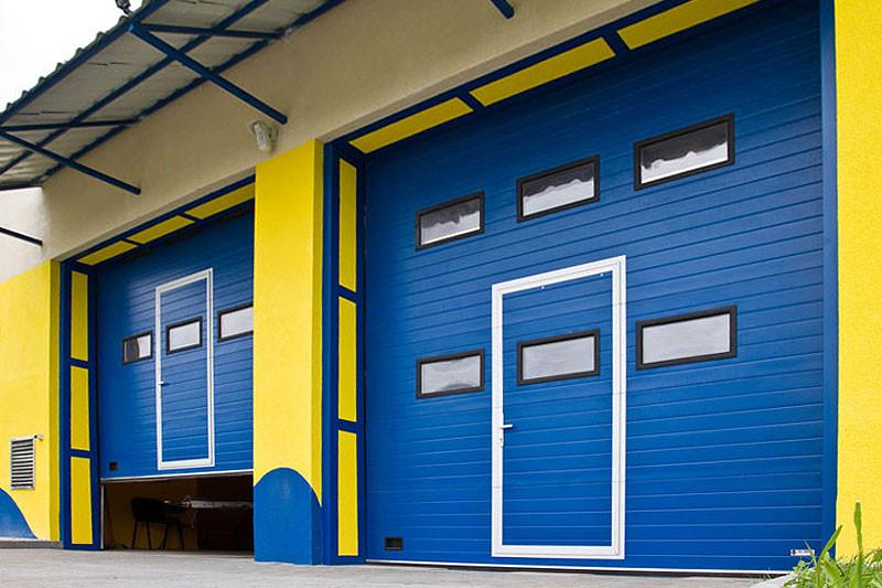 покрашенный гараж резиновой краской в светлые цвета