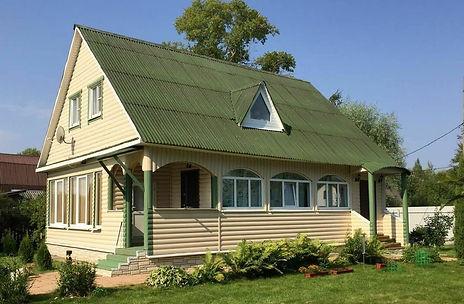 фасад дома покрашенный цветом слоновая кость