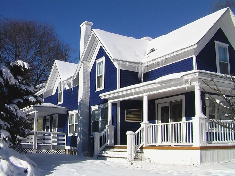 дом покрашенный резиновой краской в синий цвет
