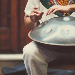 Paolo Borghi musicoterapista, suonatore di Hang-Handpan, Corsi di Hang-Handpan, Consulenza all'acquisto di un Handpan. Harp & Hang. Area benessere SPA.