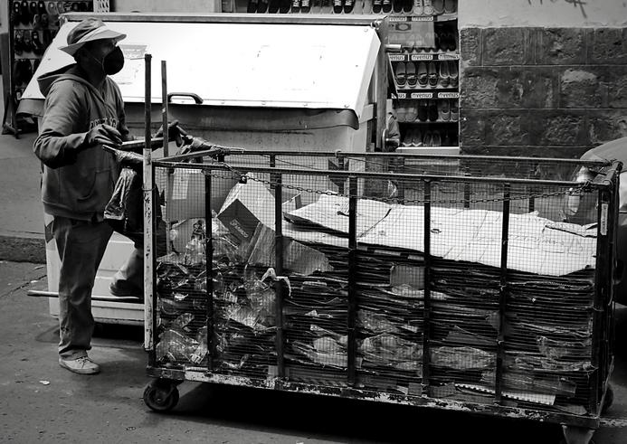 El comercio informal se encarga de tareas que en otras circunstancias nadie más las haría. La informalidad es más efectiva solucionando problemas actuales.