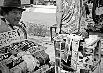 La libertad les conduce al comercio de todo tipo de producto en todos los lugares del país. Serranos que comercian en la costa y costeños que ahora viven entre montañas. Estas historias no contienen barreras.