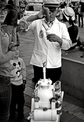 Todos los días en el centro histórico de Quito, podemos ver a quienes resguardan tradiciones centenarias como el conocido ponche. Los poncheros acercan la cultura y la historia a las nuevas generaciones.
