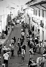 Difuminados entre la gente, los comerciantes informales se agrupan, hasta ocho por cada cuadra, para avivar el paisaje cotideano y dinamizar la economía de la zona.