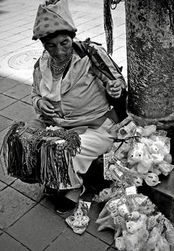 Calles y veredas se improvisan como vitrina para exhibir los productos que el comercio informal tiene para ofrecer. Todo producto es bueno cuando existe un mercado para ello. Los comerciantes informales se movilizan hacía sus clientes.