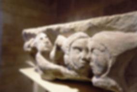 Sculpture sur pierre, visages humains