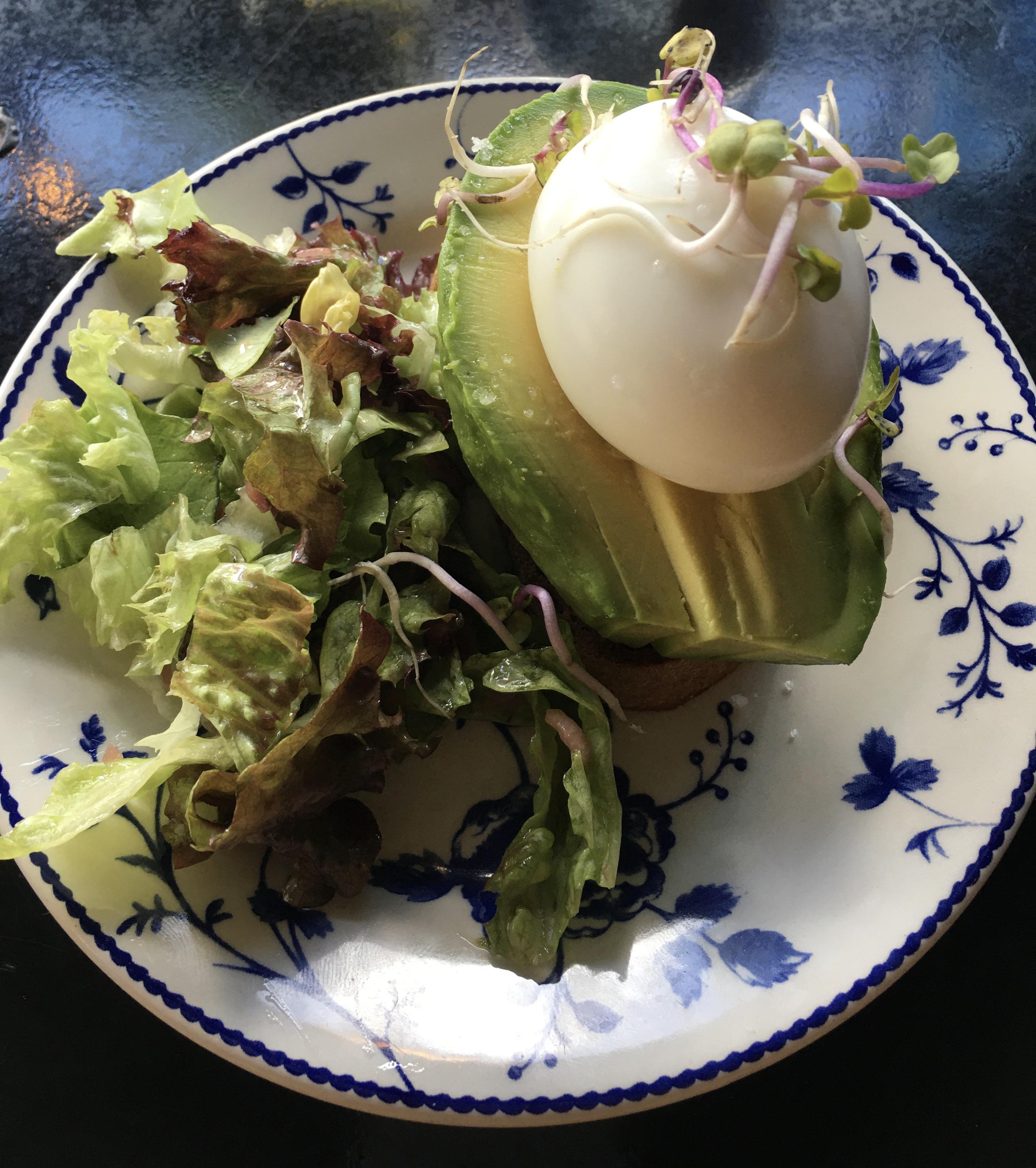 Toast avocado œuf mollet