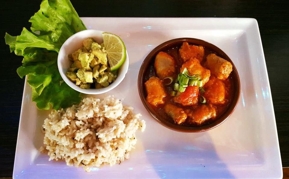 Rougaille de saucisses, riz pilaf et tartare d'avocat