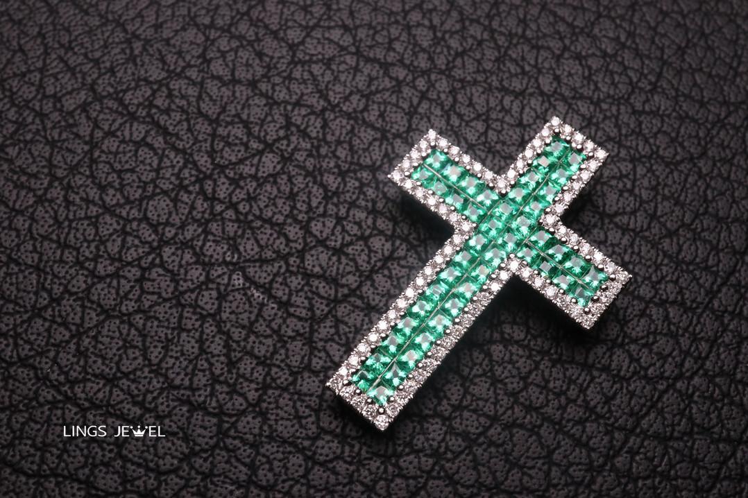Cross shape Emerald pendent 2.jpg