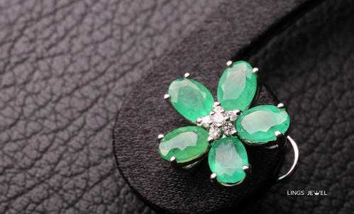 Flower shape Emerald Ear Ring.jpg
