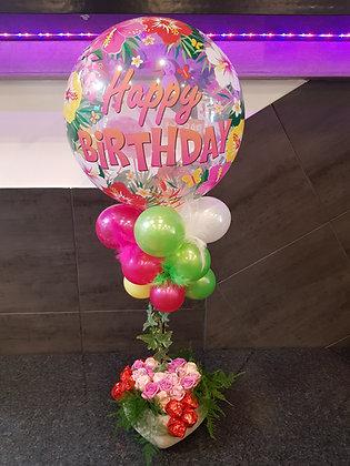 Montage floral avec pralines et ballons à l'hélium