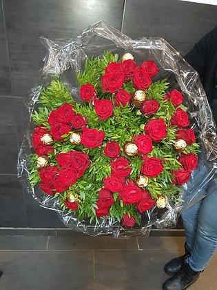 Bouquet de pralines et roses rouges