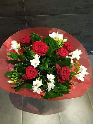 Bouquet de roses rouges et freesia