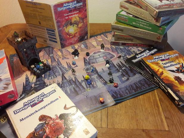 Typischer Spieltisch, Würfel Bücher und Boxen.