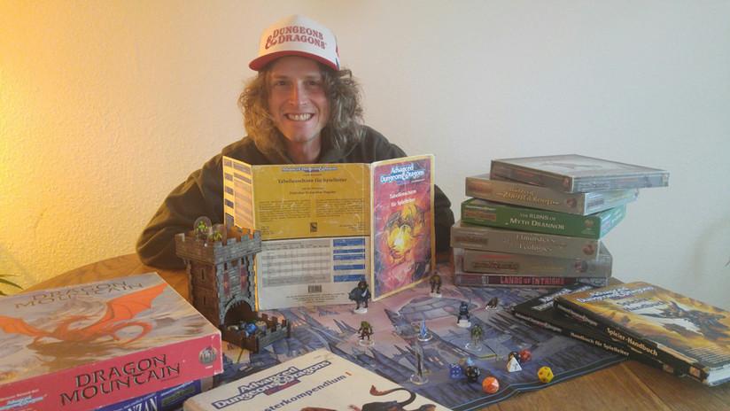 Euer Dungeon Master hinter einem Spielleiterschirm von 1992.