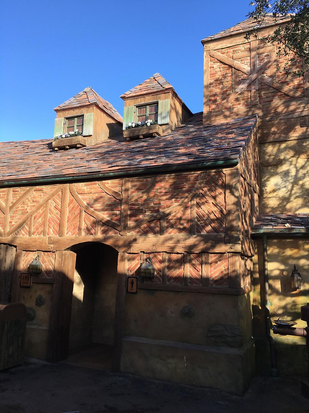 Gaston's Tavern Loo, Exterior