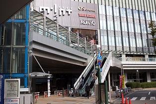 目の前にミント神戸が見えるので、歩道橋の下を進んでいきます。
