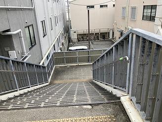 ②5番出口を出てすぐ左の階段を降りる