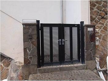10 . インターフォンは鳴らさずに、門を入って階段を上がってください。