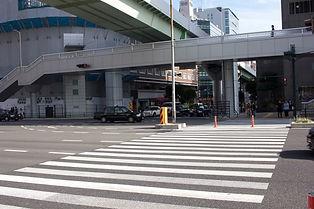横断歩道を渡り、まっすぐ進みます。 (※上をポートライナーが通る道沿いです。)